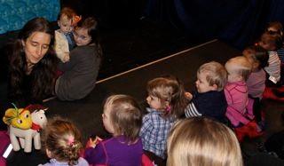Bibi rir ut til barna
