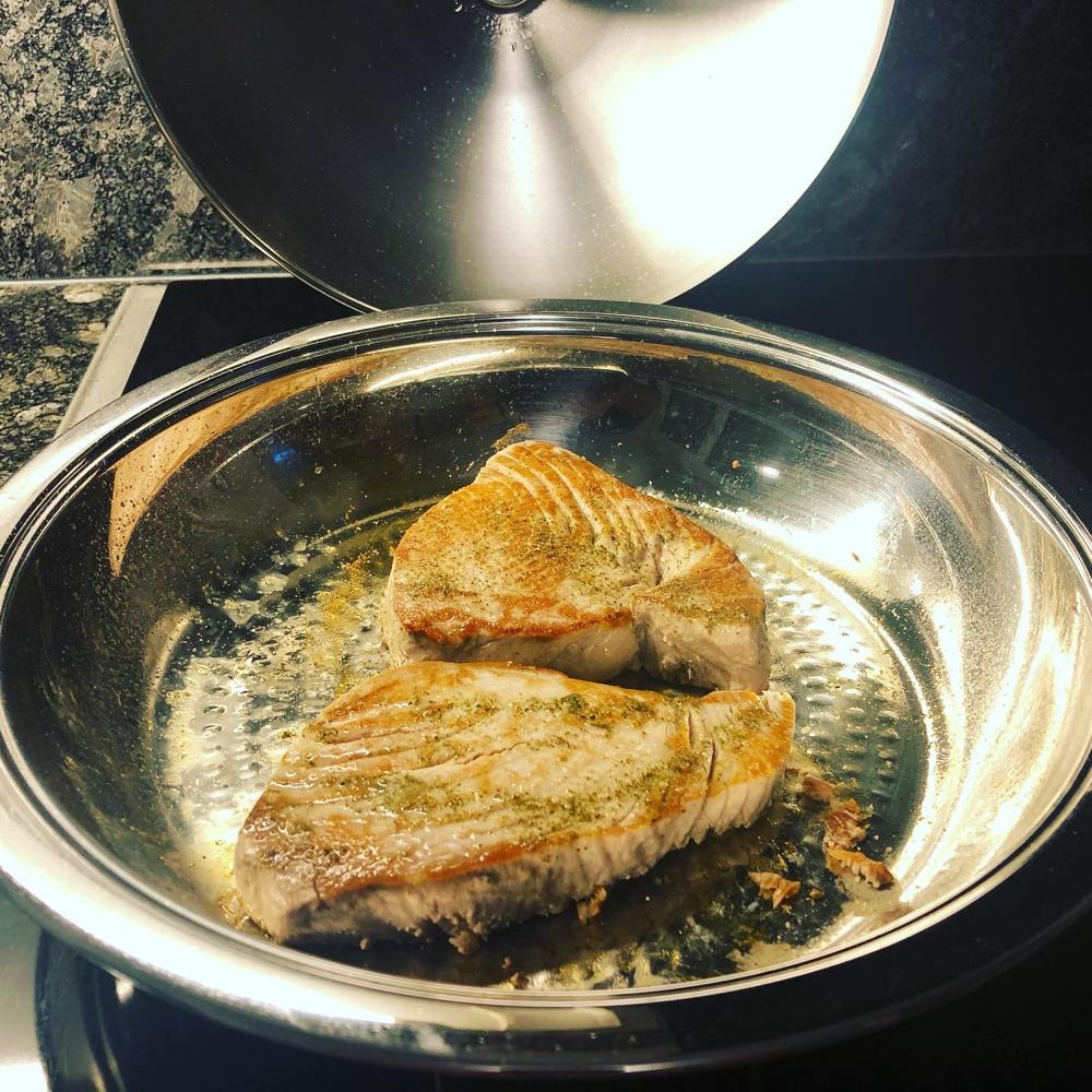 Thunfilet gewürtzt und mit Zitronensaft abgelöscht.