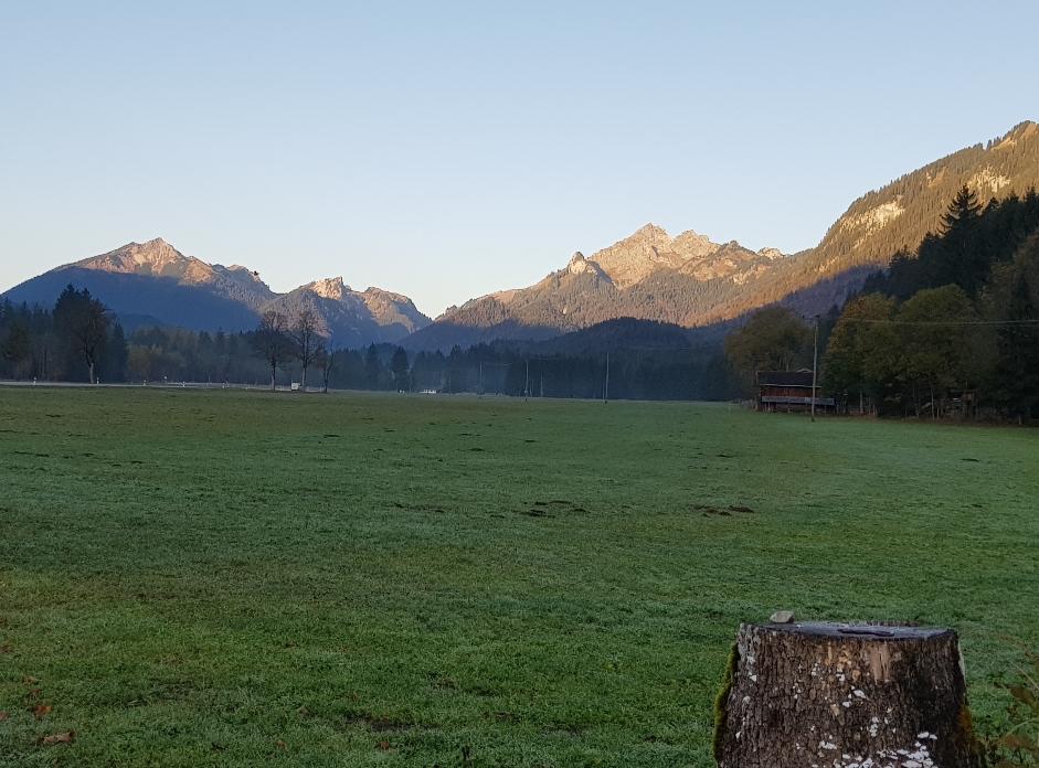 Blick von Graswang auf Scheinbergspitze, Vorderer Scheinberg und Klammspitzen