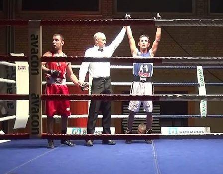 Mujtaba Hussaini vom Box-Ring Zürichsee/Horgen wird nach intensivem Kampf zum Sieger erklärt