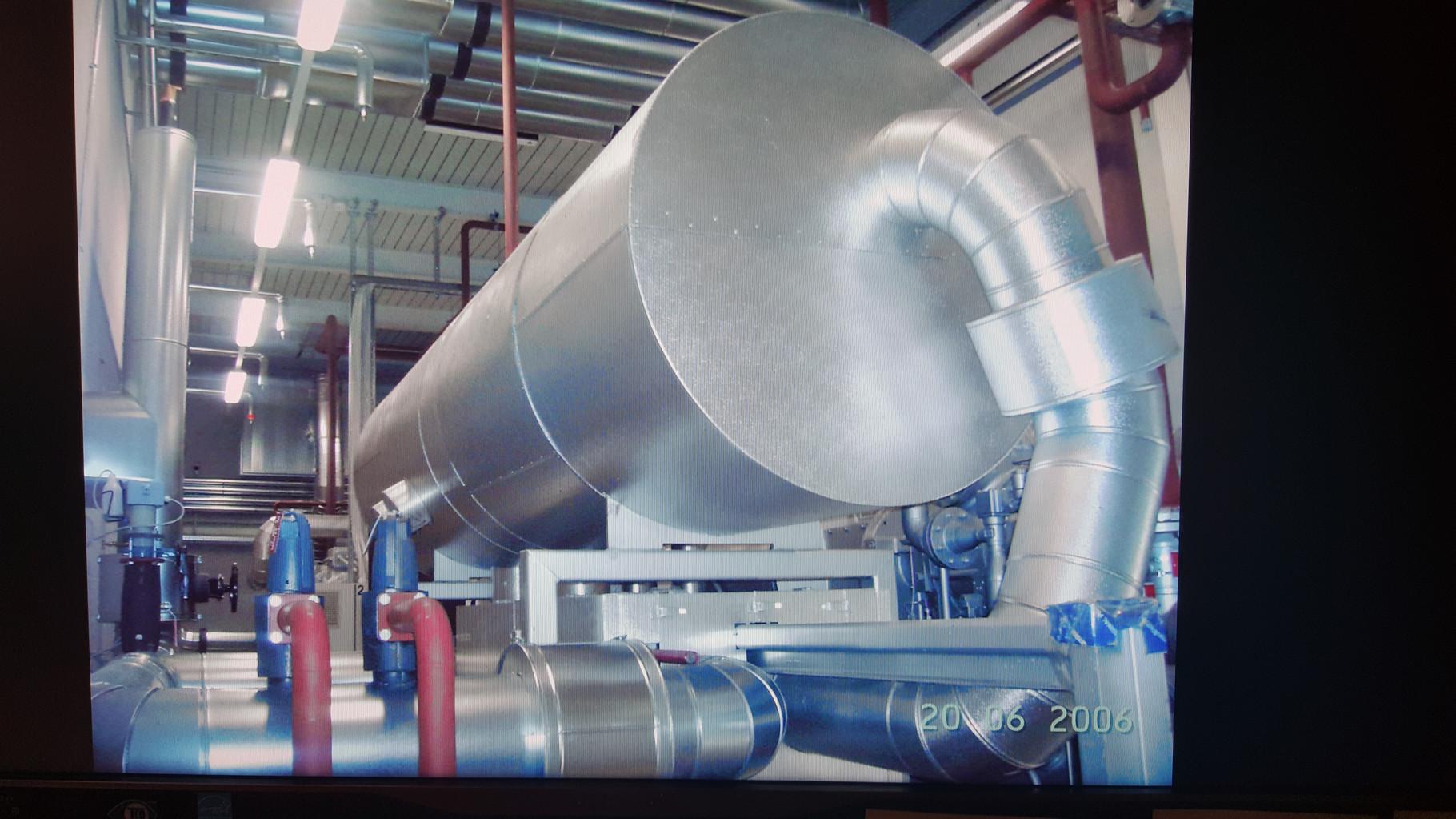 Liegender Heisswasserbehälter isoliert gegen Oberflächenhitze und Verbrennungsgefahr