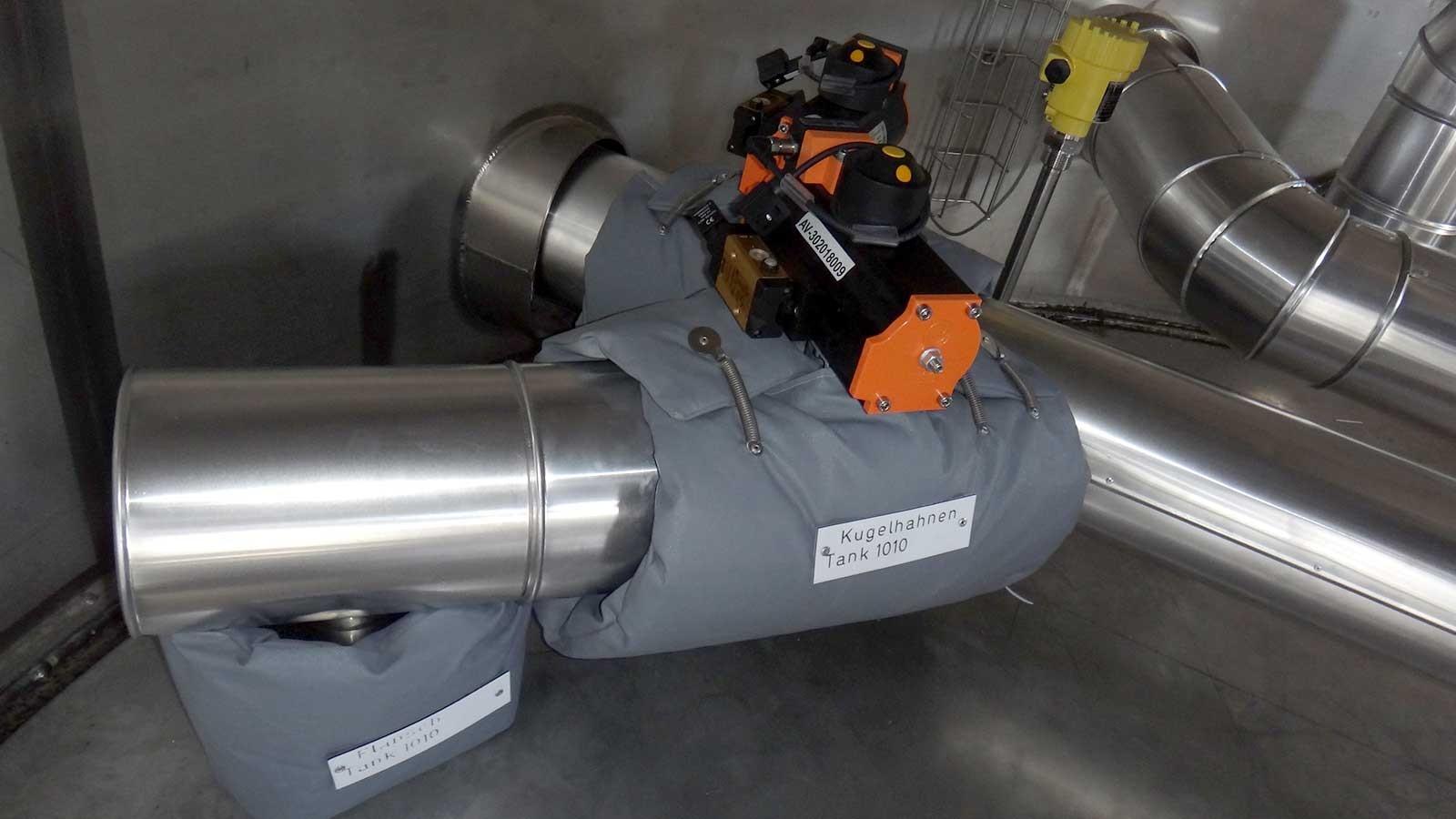 Produkteleitung und Armatur mit luftgesteuerter Schliessklappe und Armaturenkissendämmung