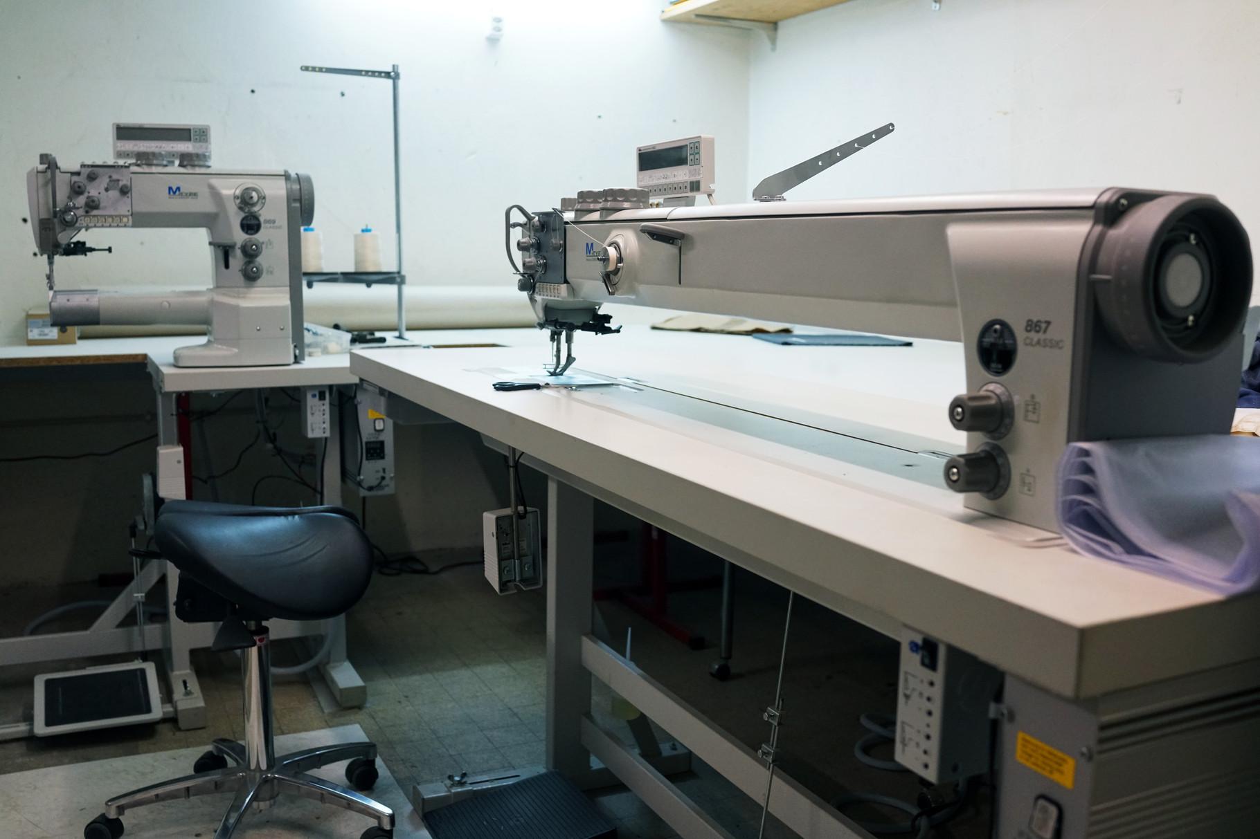 Nähmaschinen zur Herstellung der Armaturenkissen in unserer Werkstatt