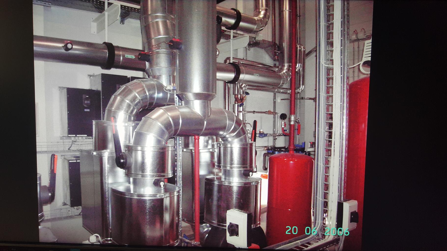Heizkesselanlage, Ventile und Absperrklappen wärmegedämmt und Umhüllung aus verzinktem Eisenblech