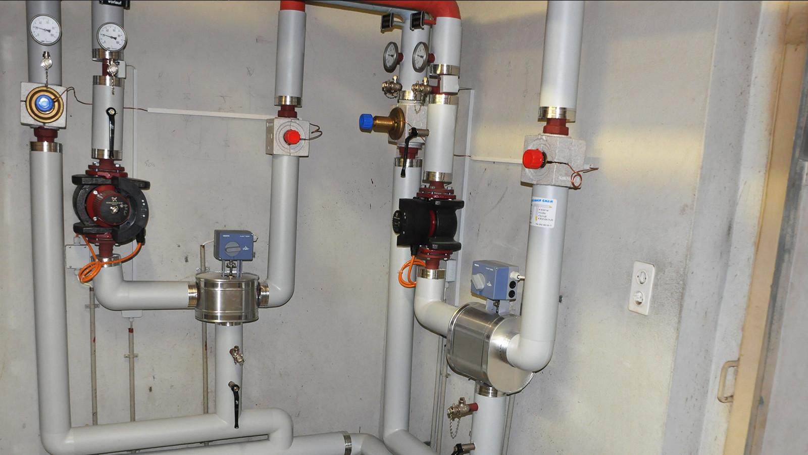 Heizungsunterstation mit PIR-PVC- gedämmtee  Armaturen und Alublechummantelung