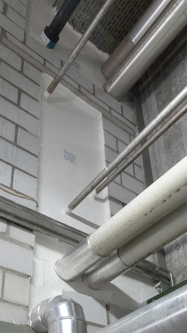 Brandschutz an der Wanddurchdringung der verschiedenen Leitungen, mit Brandmanschette, Gymnasium Linde