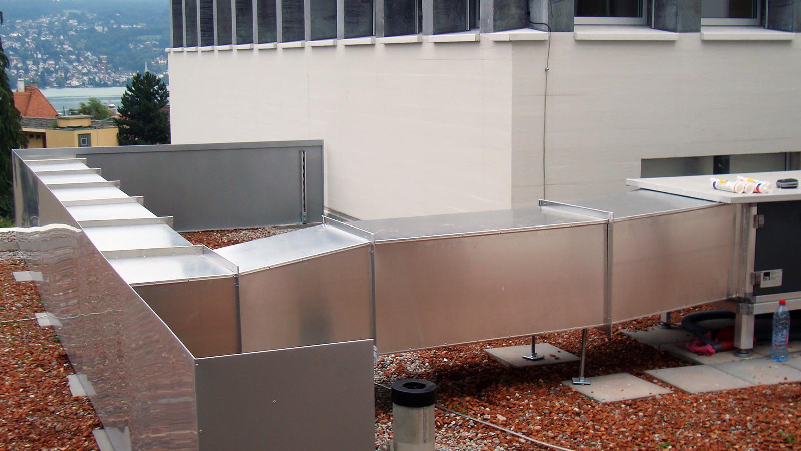 Lüftungs- und Klimaanlage thermisch isoliert, Alu glatt mit Sichtschutzwand