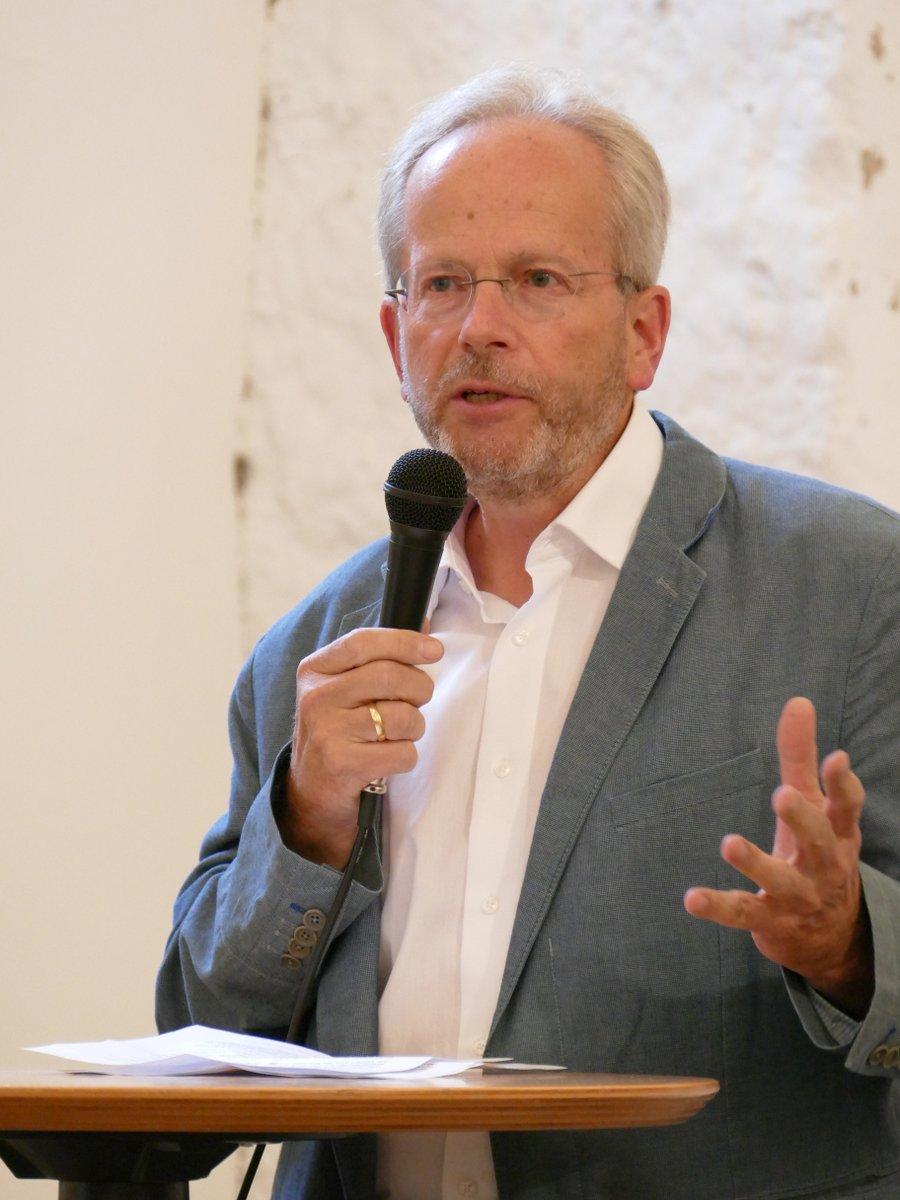 Axel Flörke führt in die Ausstellung ein