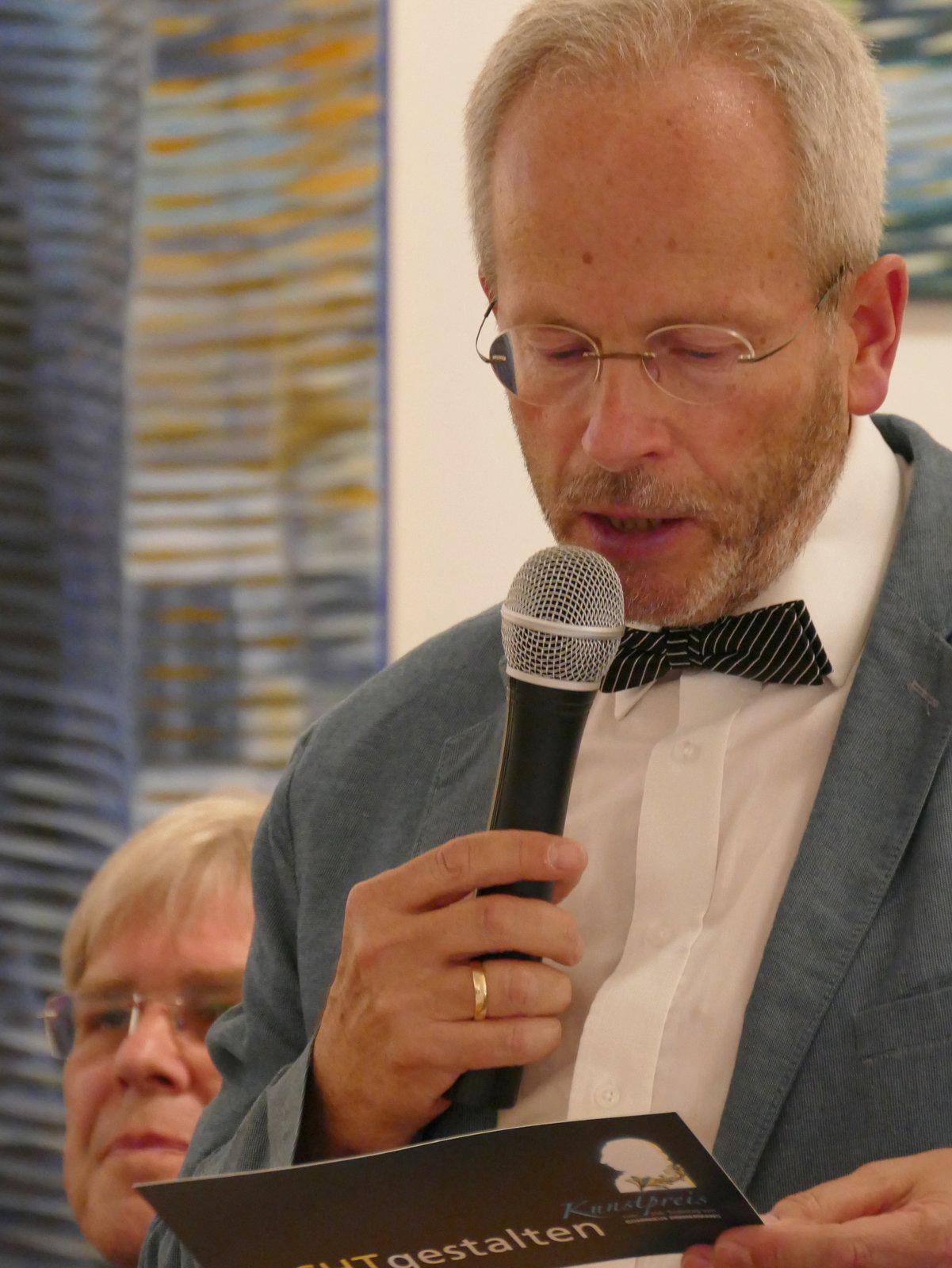 Axel Flörke, 3. Bürgermeister, führt in die Ausstellung ein