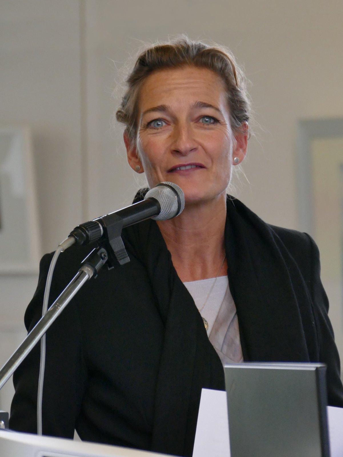 Sonia Fischer, Leiterin der Landsberger Museen, führt in die Ausstellung ein