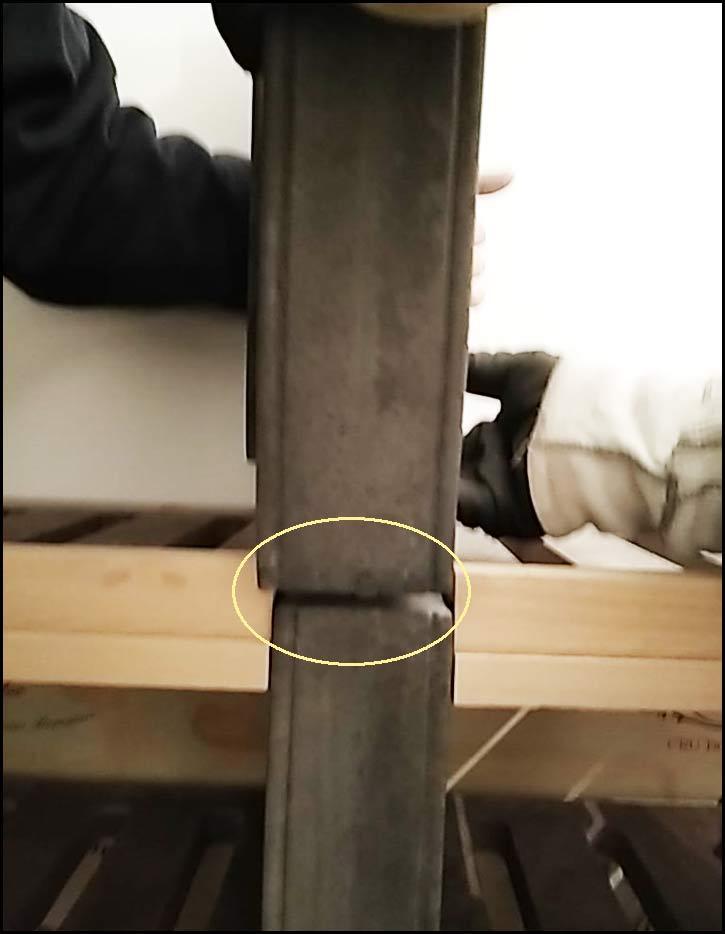 Etape 11: Positionnez le jambage supérieur avec les tourillons dans les trous du jambage inférieur