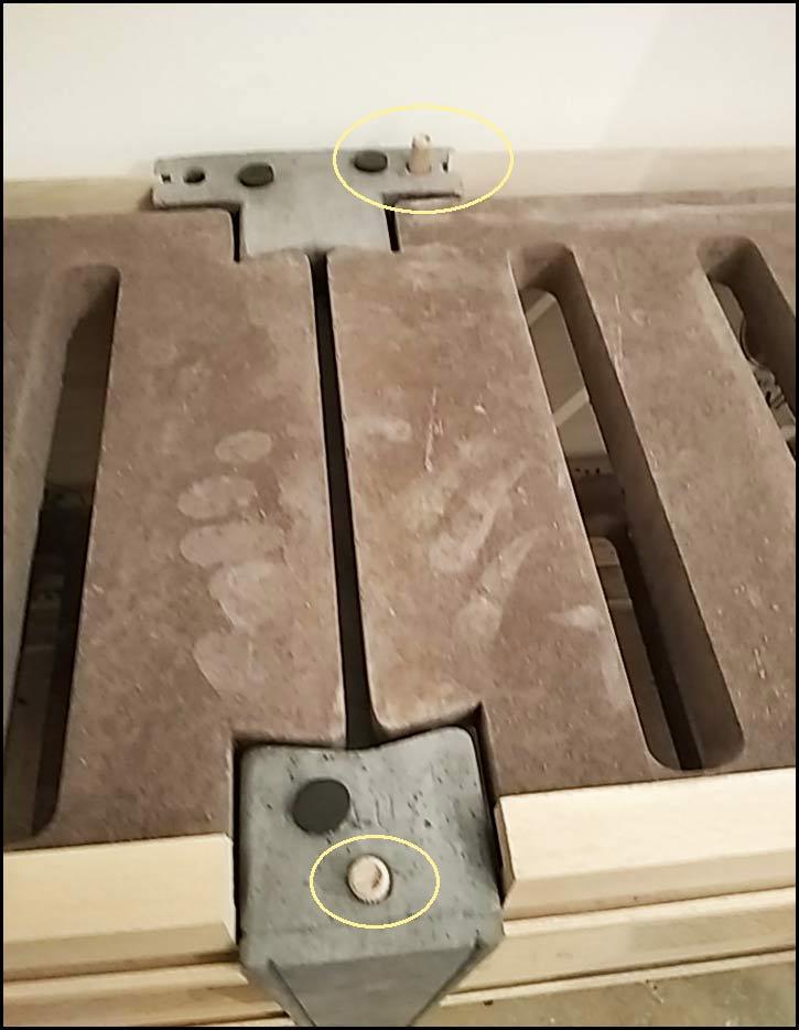 Etape 10: Positionnez 2 tourillons dans un trou à l'avant et à l'arrière des jambages (enfoncez à l'aide d'un marteau)