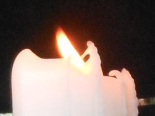 Fée accompagnée de son dragon, escaladant la flamme d'une bougie