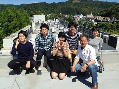 京都大学の屋上から、研究室の学生たちと