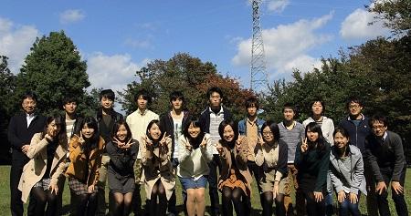 研究室のみなさんと。左端が松沢先生
