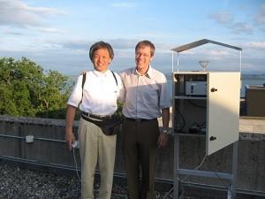 スイス・ヌーシャトルの観測サイトと開発中の自動花粉モニター。共同研究者と。2006年