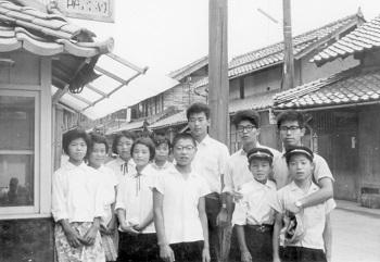 横浜国立大学の時。後列右から2人目が藤嶋先生。旅行を兼ねて、友達と一緒に青森の小学校に理科の出前授業に行きました。