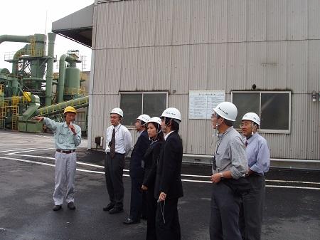 自分の専門分野を決めるきっかけになった学生時代の解体工場見学(トヨタメタル、左から二人目の白いワイシャツ姿が松野先生)