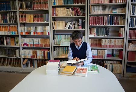 資料室で授業準備をする青木先生