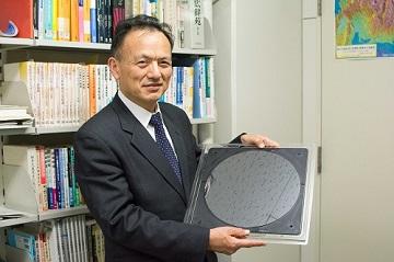 今井先生 手に持っているのは、直径12インチのシリコン基板