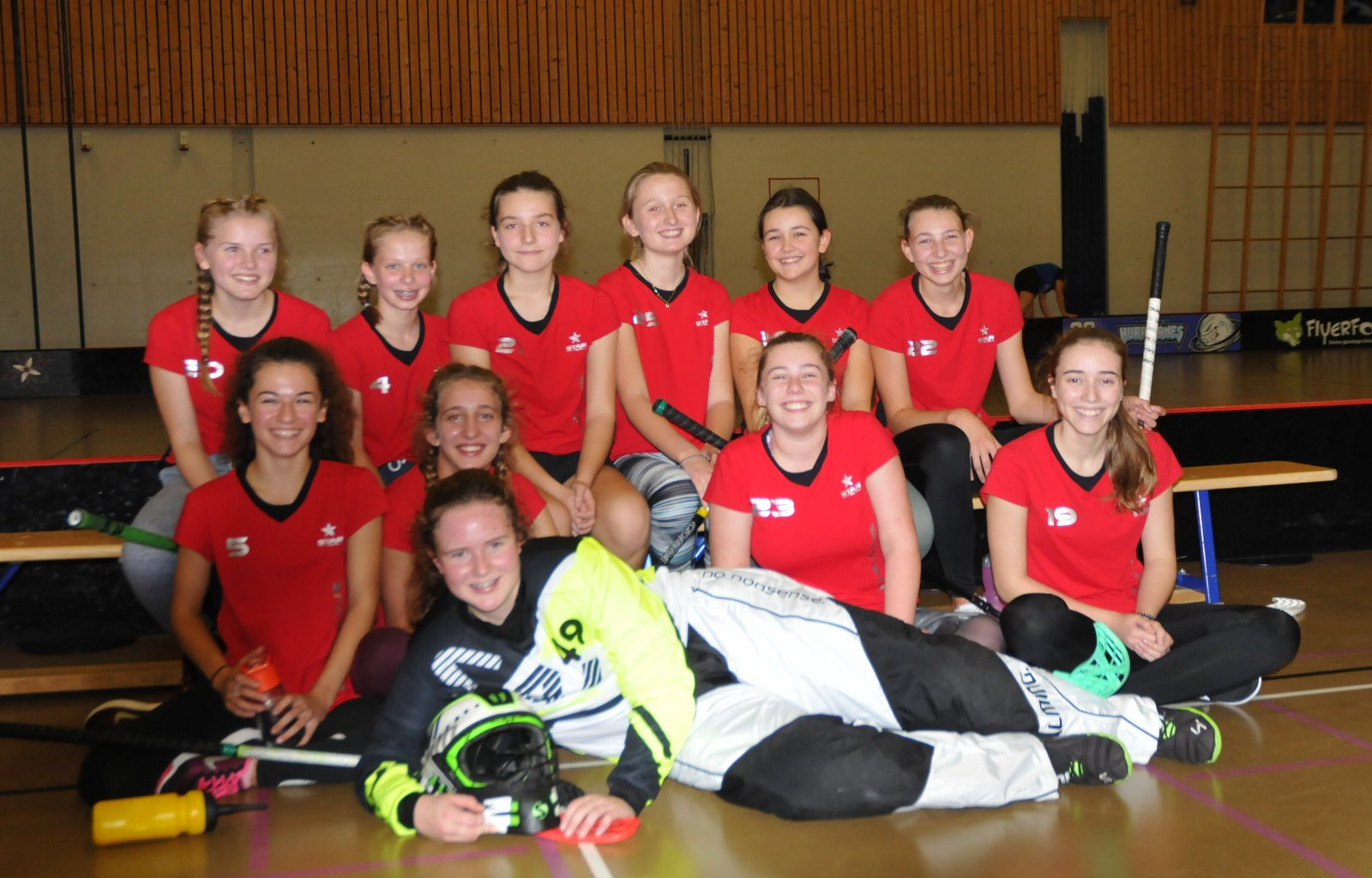 Das Siegerteam im Unihockey der Mädchen von der Kanti Glarus