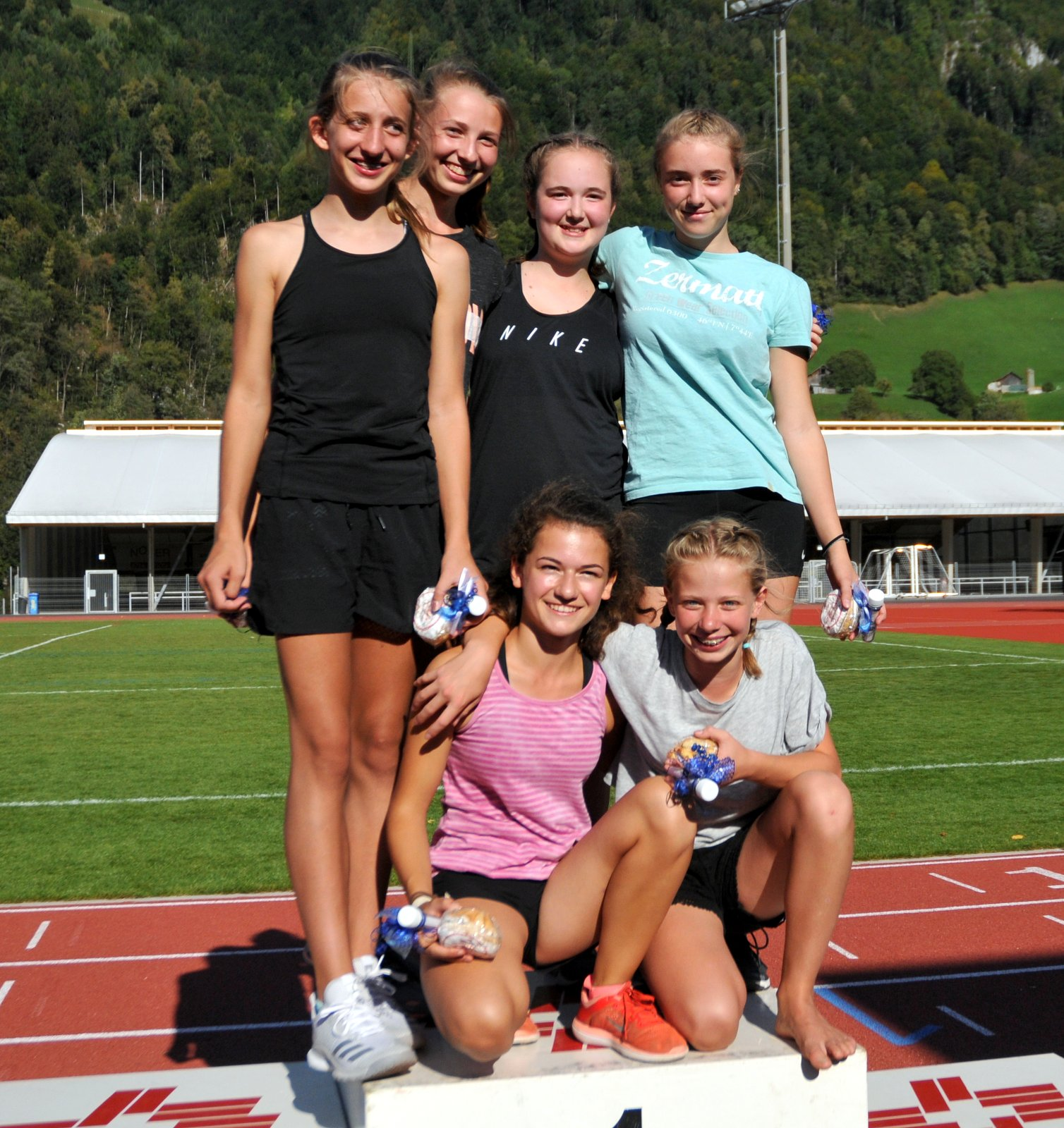 Das Siegerteam im Leichtathletik der Mädchen von der Kanti Glarus