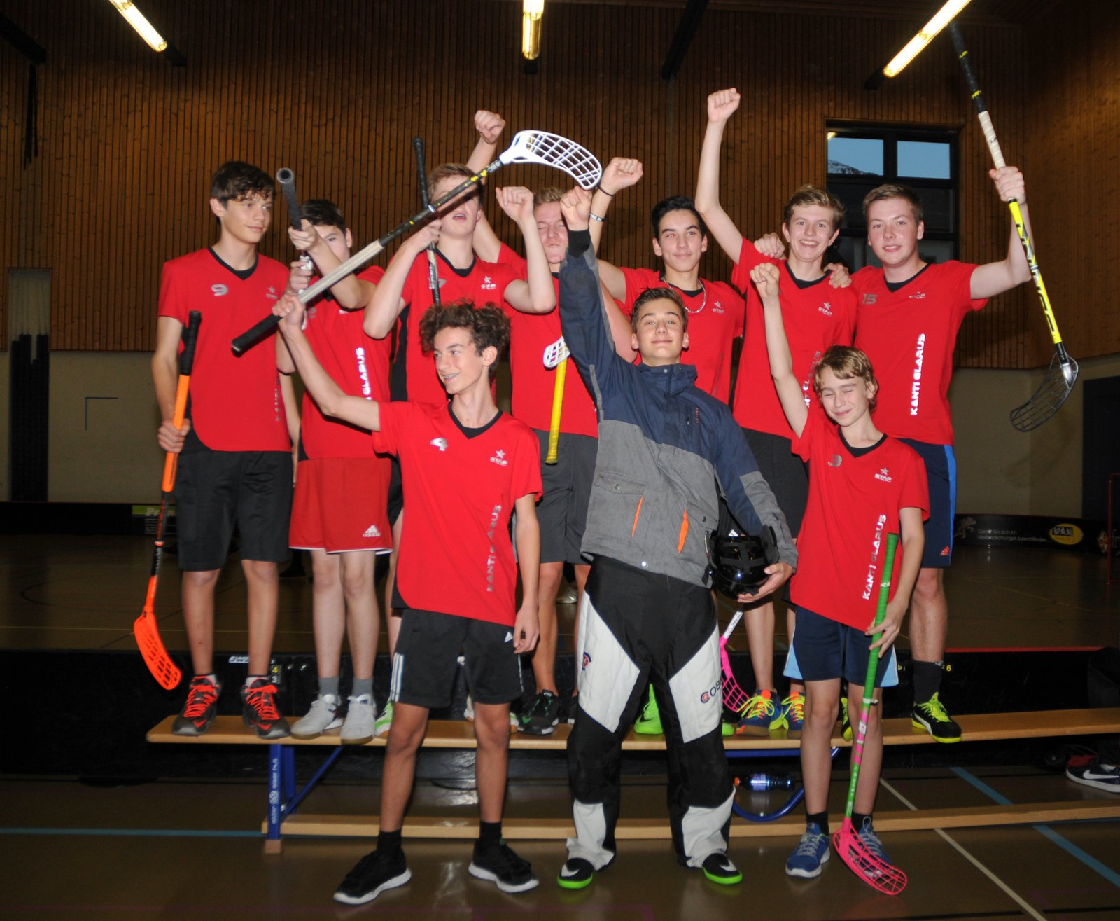 Nov. 17: Die glücklichen Sieger im Unihockey-Turnier von der Kanti Glarus