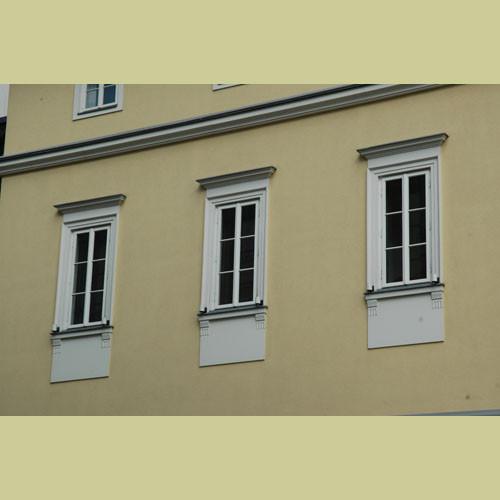 Teilansicht Fenster/Gesimse auf geschlossenen Betonwand