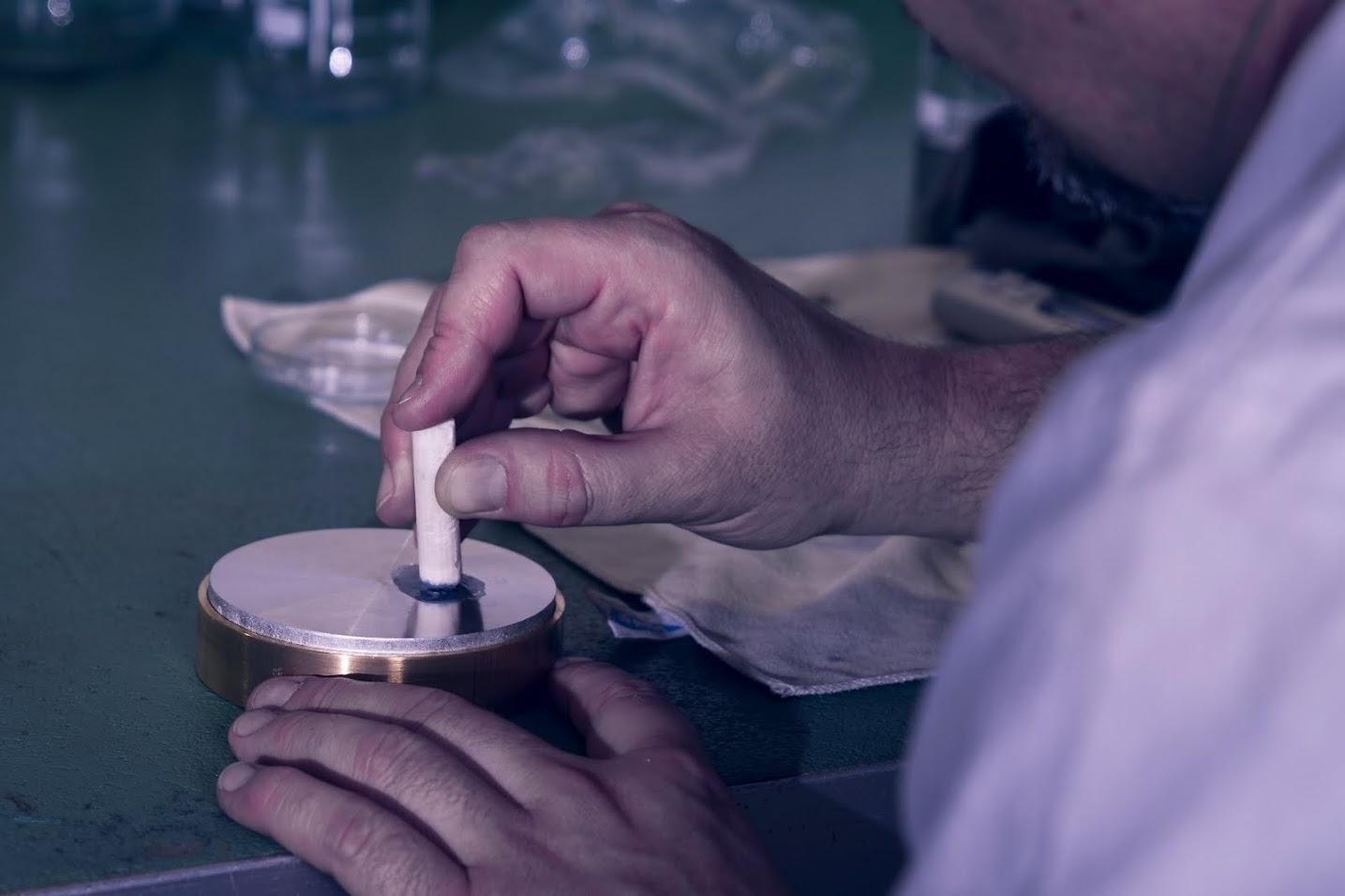 Polierarbeit auf Zinnplatte