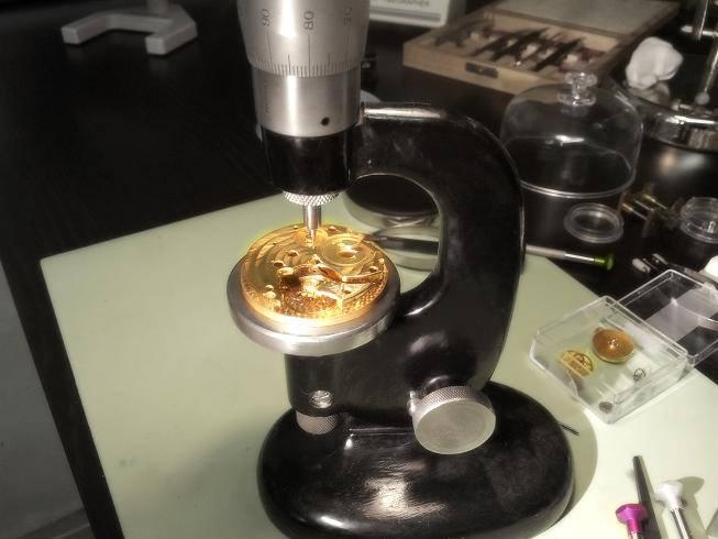 Uhrwerk wird mit Perlageschliff versehen