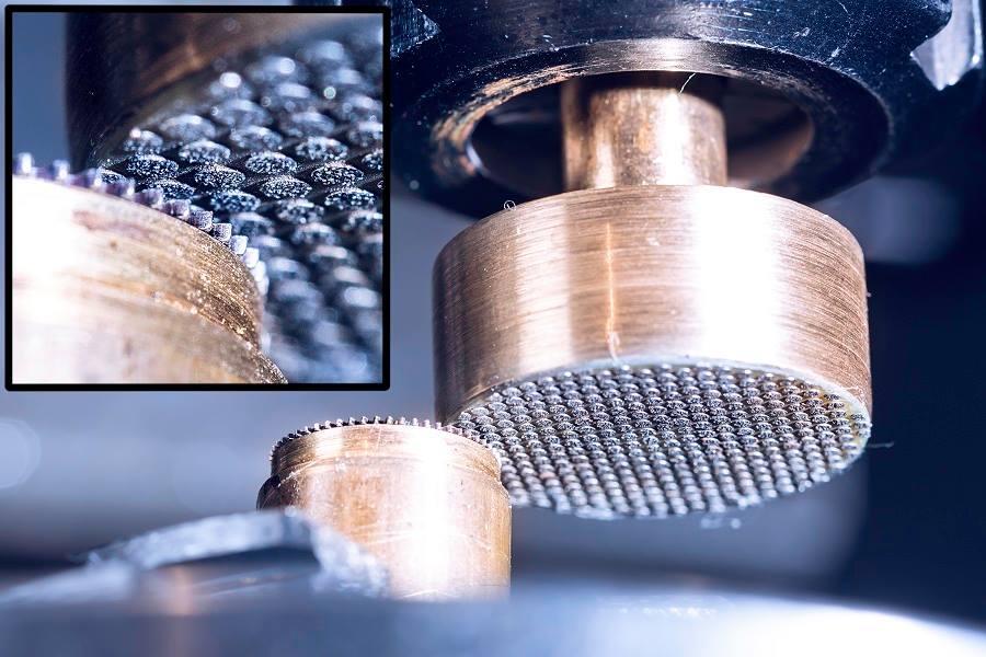 Unsere Zierschliffe werden mit einer speziellen Diamantscheibe hergestellt. Die feine Struktur der Diamantkörnung sorgt für ein besonders hochwertiges Schliffbild