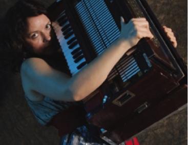 Mariana Sadovska mit Akkordeon