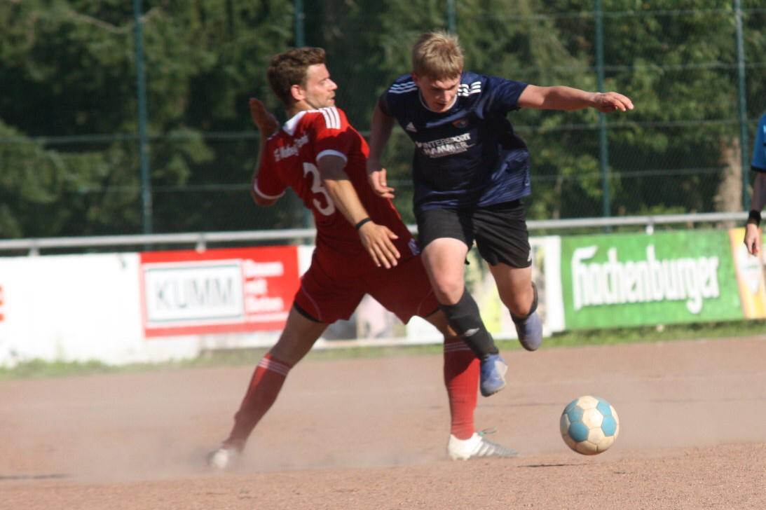 Gregor Neuß setzt sich im Mittelfeld durch.