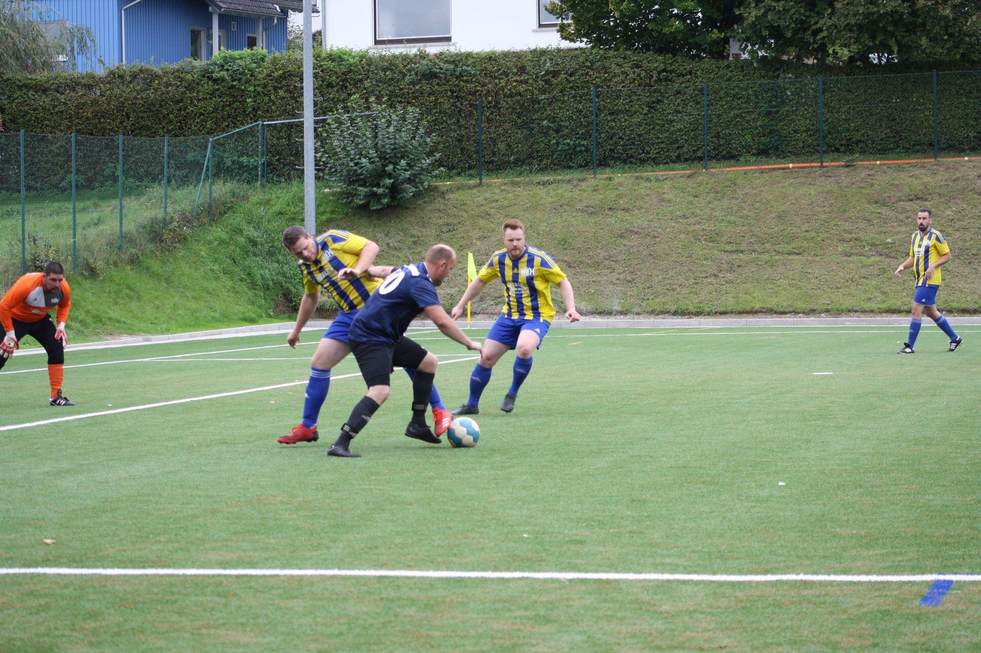 René Weller behauptet im Strafraum den Ball.