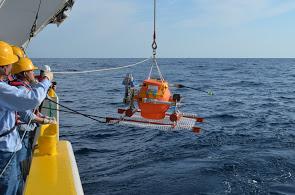 海底圧力計(海底の上下変動を測る)の設置