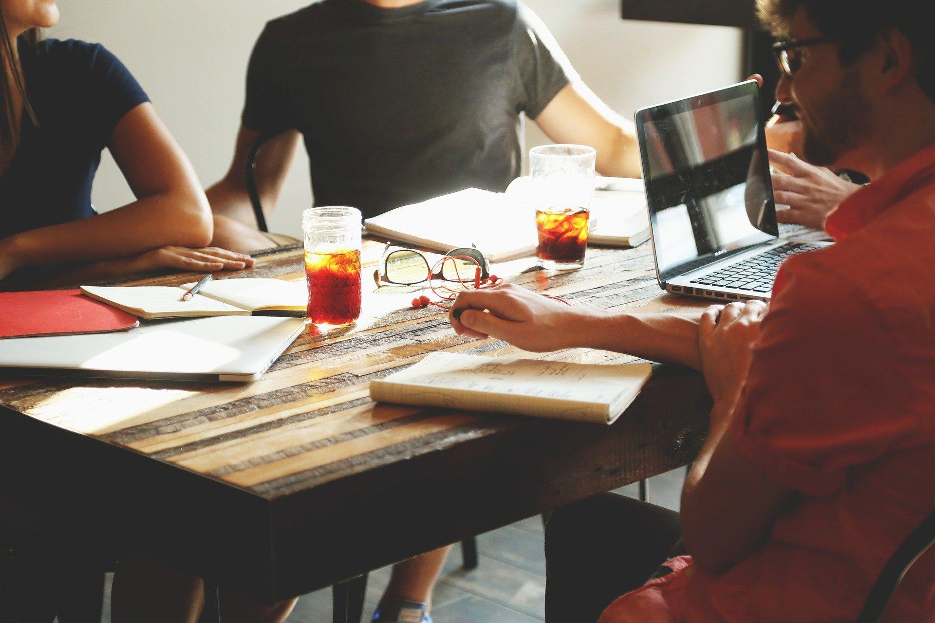 Soziale Beziehungen fördern die Gesundheit - Teamwork am Arbeitsplatz