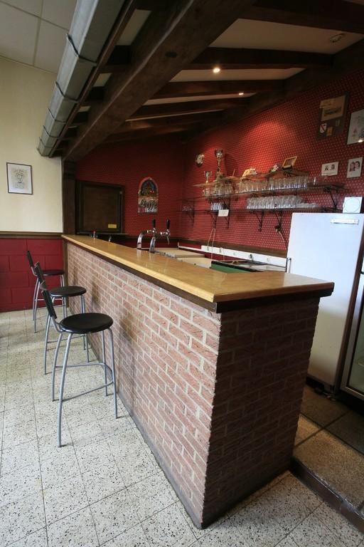 Le bar avec ses pompes à bière réfrigérées et ses frigos à boissons.