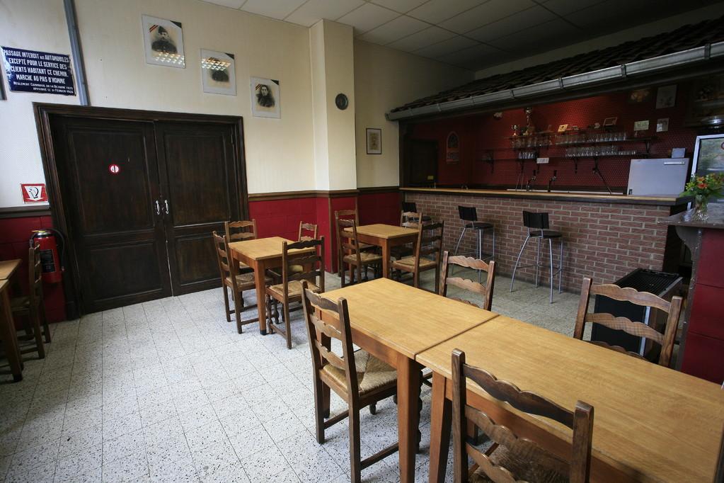 Le bar vu par l'entrée principale.