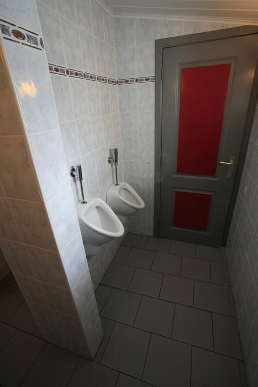 Le coin des toilettes Messieurs. Egalement équipé d'un lave-mains, non visible sur la photo.