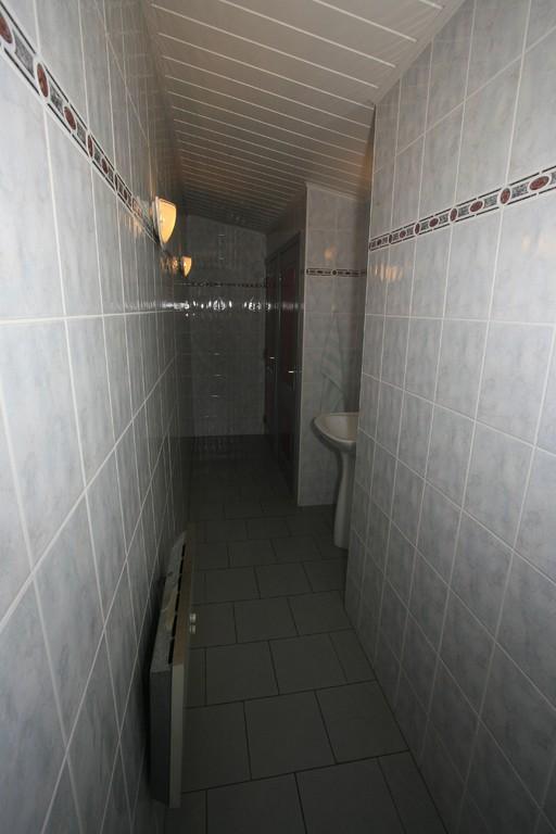 L'accès aux toilettes Dames équipé d'un lave-mains.