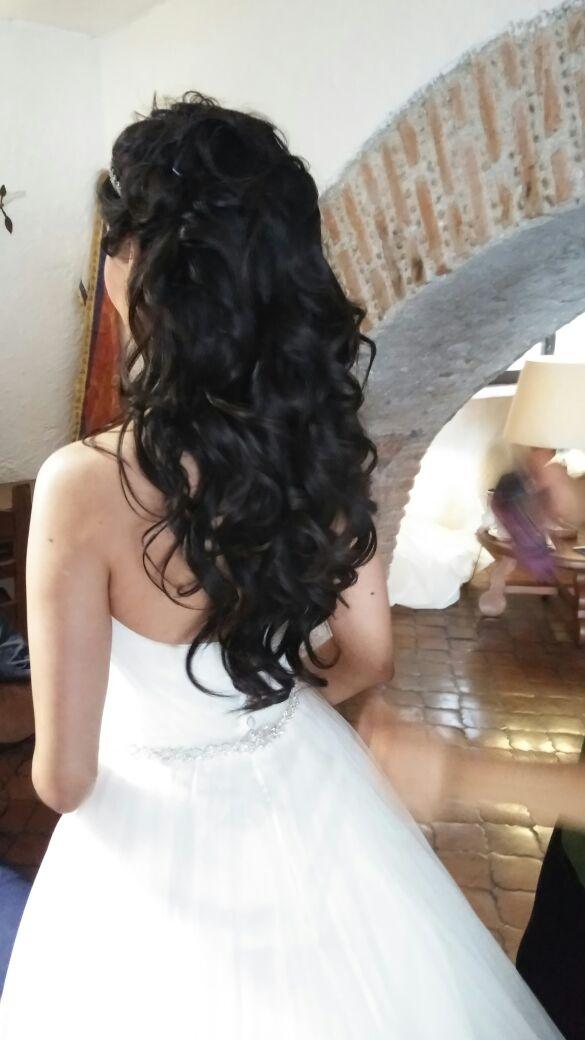 Peinado estilo cascada natural para tu boda en jarín
