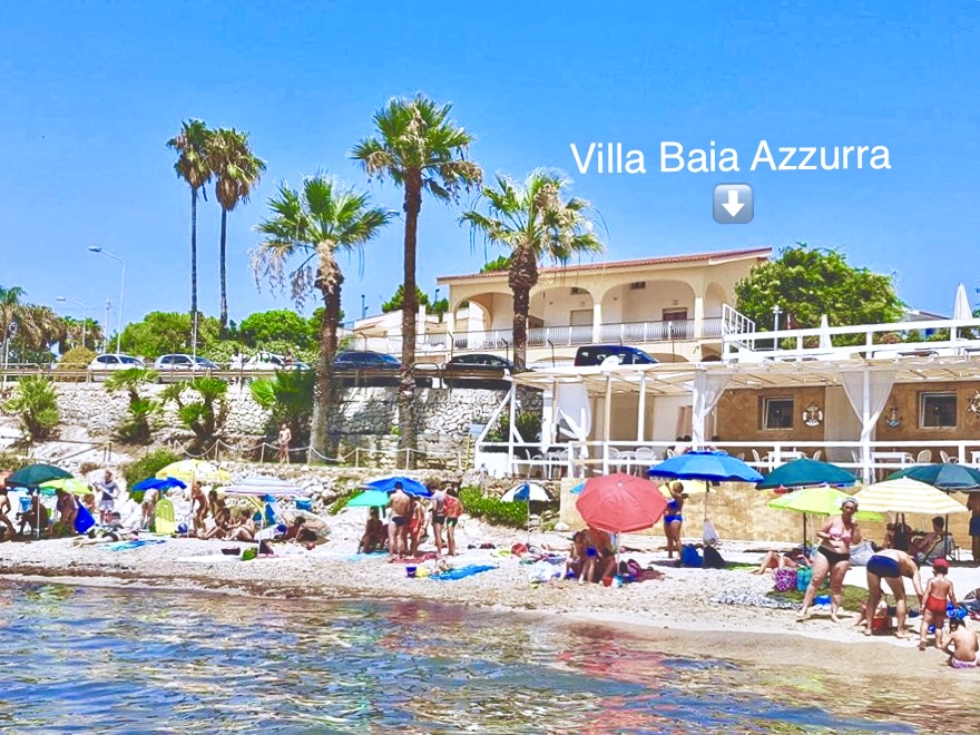Mare di fronte Villa Baia Azzurra: basta attraversare la strada e sarete comodamente in spiaggia! • Sea in front of Villa Baia Azzurra: cross the street and you are on the beach!