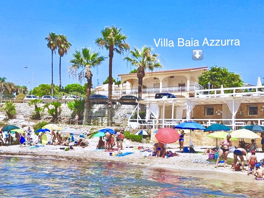 Mare di fronte Villa Baia Azzurra: basta attraversare la strada e sarete comodamente in spiaggia! • Sea in front of Villa Baia Azzurra: cross the street and you are on the beach!