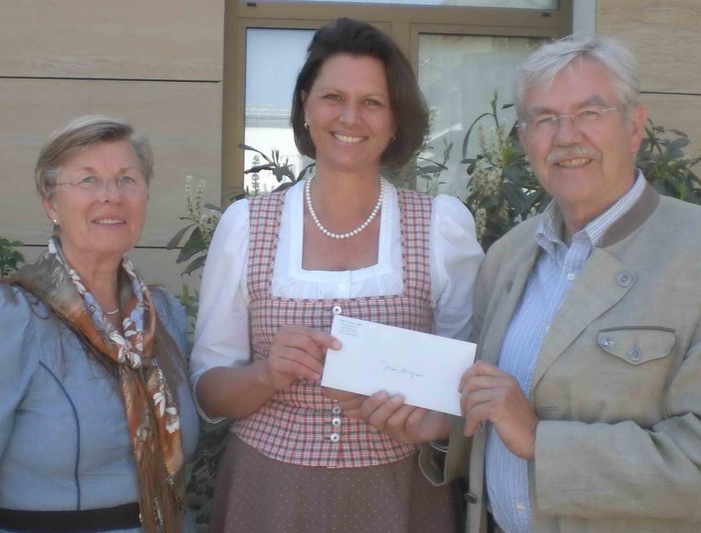 Spende für Caritas-Dorf Irschenberg an Bundesministerin Ilse Aigner
