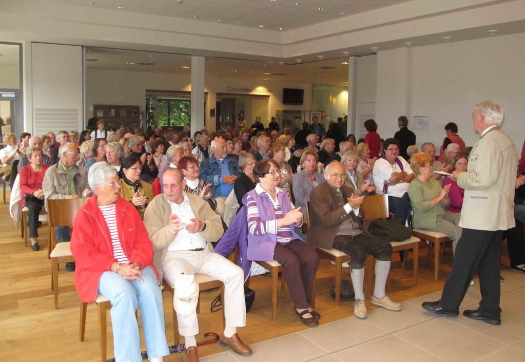 Begeisterte Zuhörer im vollbesetzten Saal der Schlierseer Vitalwelt