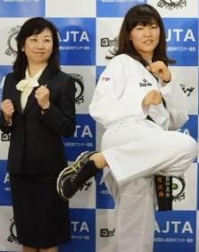 ビッグな報奨金に気合が入る浜田。左は全日本テコンドー協会・野田聖子名誉会長