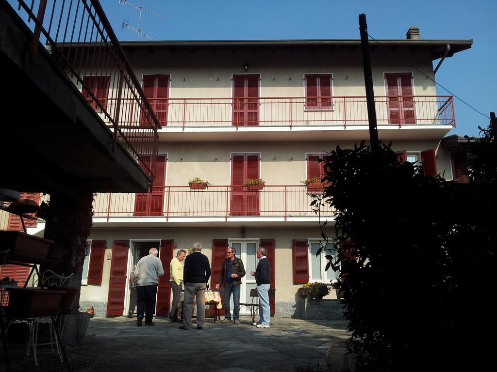 Foto di gruppo davanti alla sede