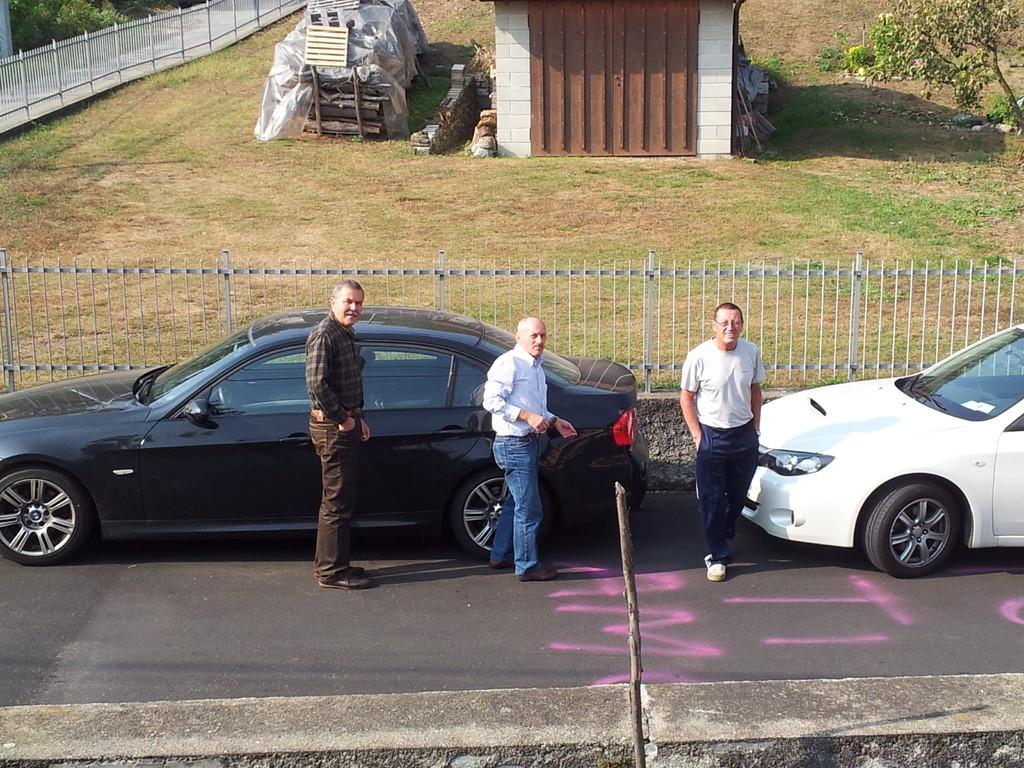 Gianpaolo, Paolo e Roby con la macchina di Gianpaolo