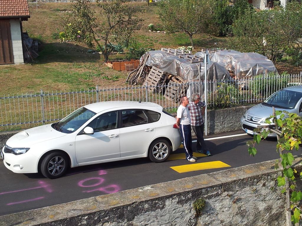 Roby e Gianni con la macchina di Gabrio
