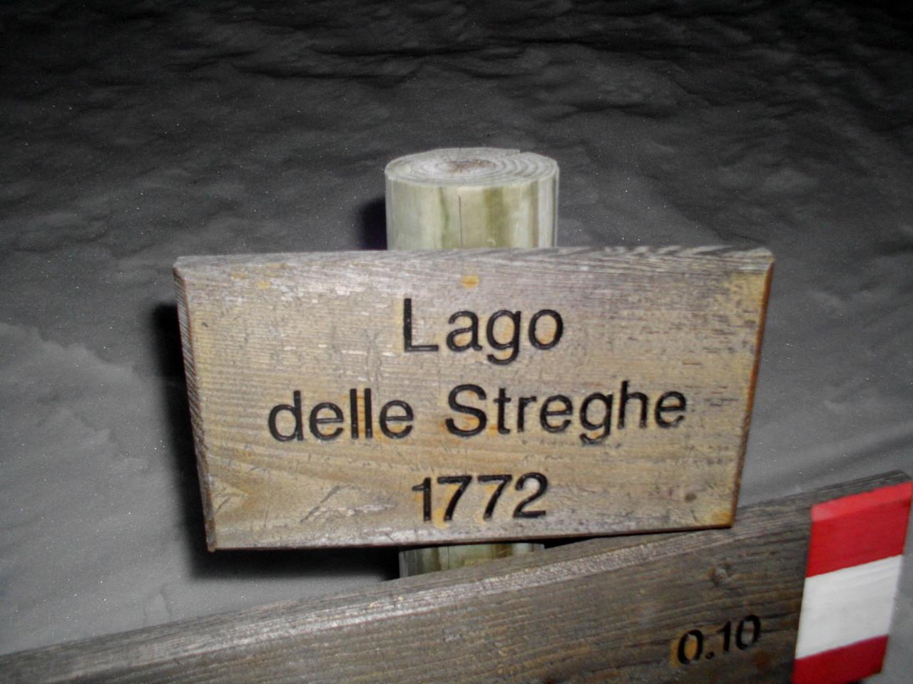 Il cartello al Lago delle Streghe